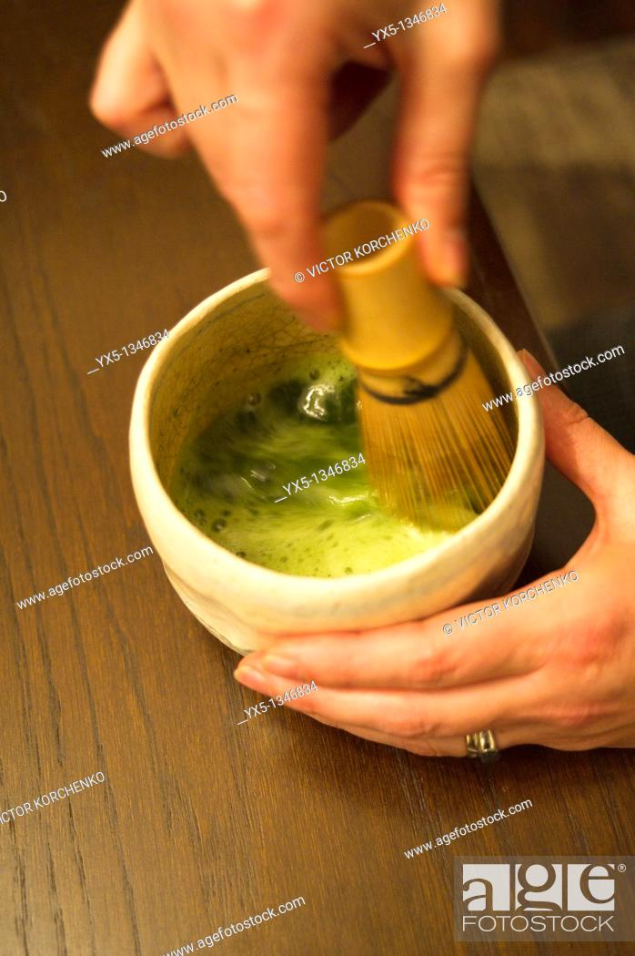 Imagen: Preparation of Japanese matcha tea in a cup with a whisk.