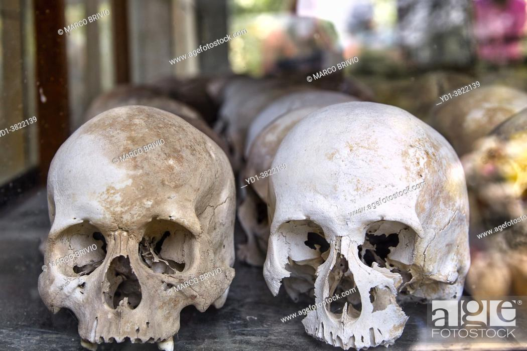 Photo de stock: Prisoner Skulls in Choeung Ek War Crimes Genocide Musuem, used by Khmer Rouge Regime as Security Prison. Phnom Penh, Cambodia.