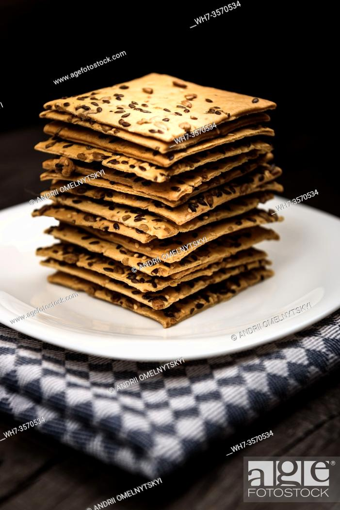 Imagen: cookies with sunflower seeds and sesame seeds on a white plate with checkered napkin.