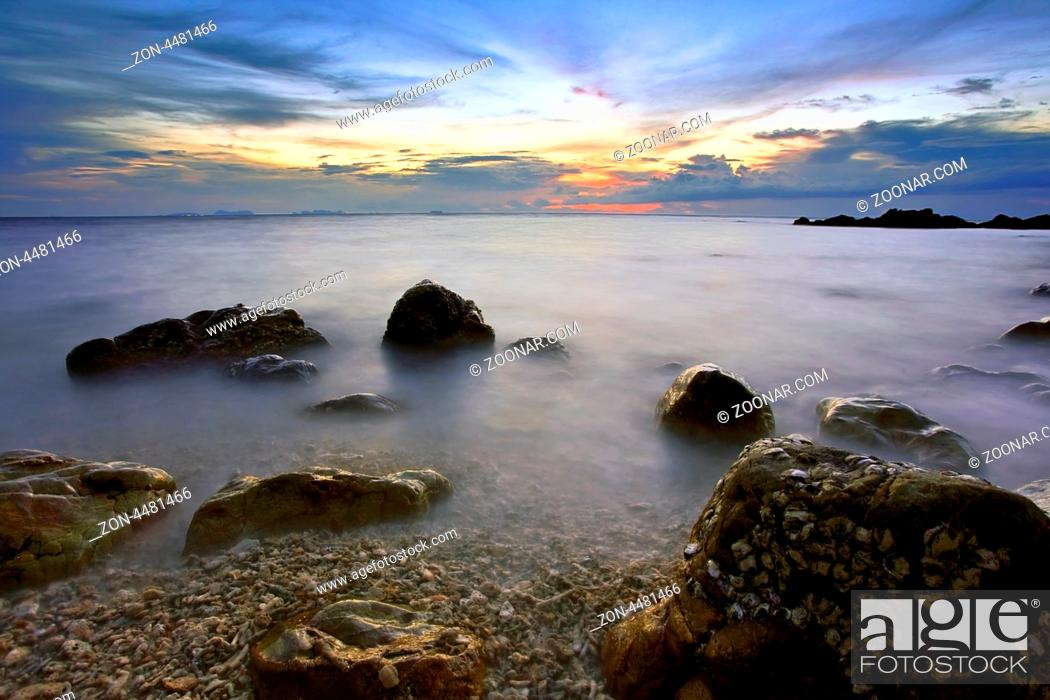 Imagen: Colorful sunset in the tropical sea. Thailand.