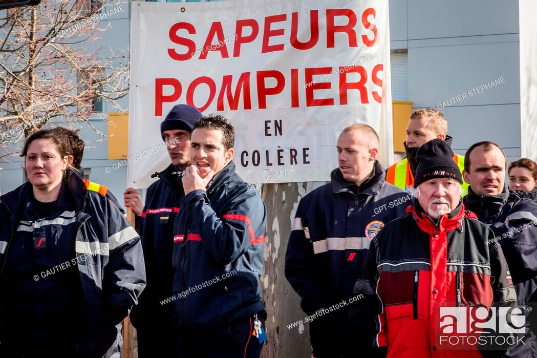 Stock Photo: DEMONSTRATION BY FIREFIGHTERS, ELECTED OFFICIALS AND THE POPULATION AGAINST THE ANNOUNCED CLOSING OF 19 FIRE DEPARTMENTS IN THE DROME.