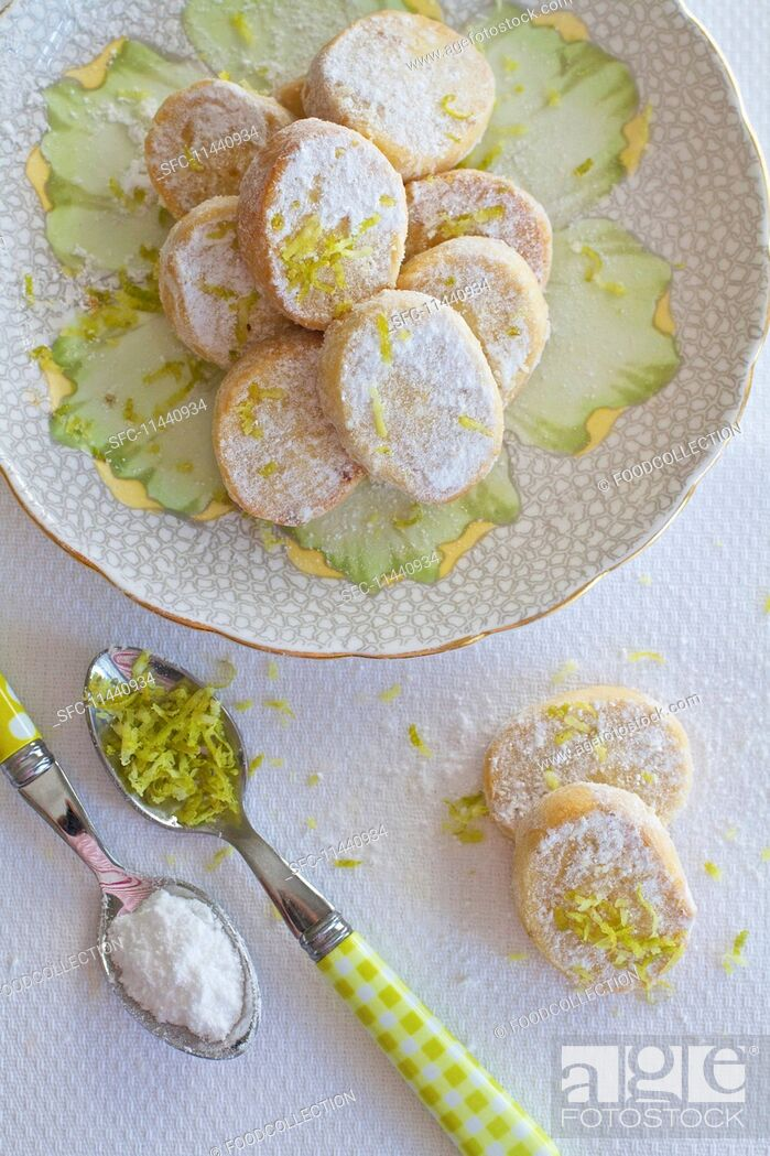 Imagen: Shortbread biscuits with lime zest in a cup.