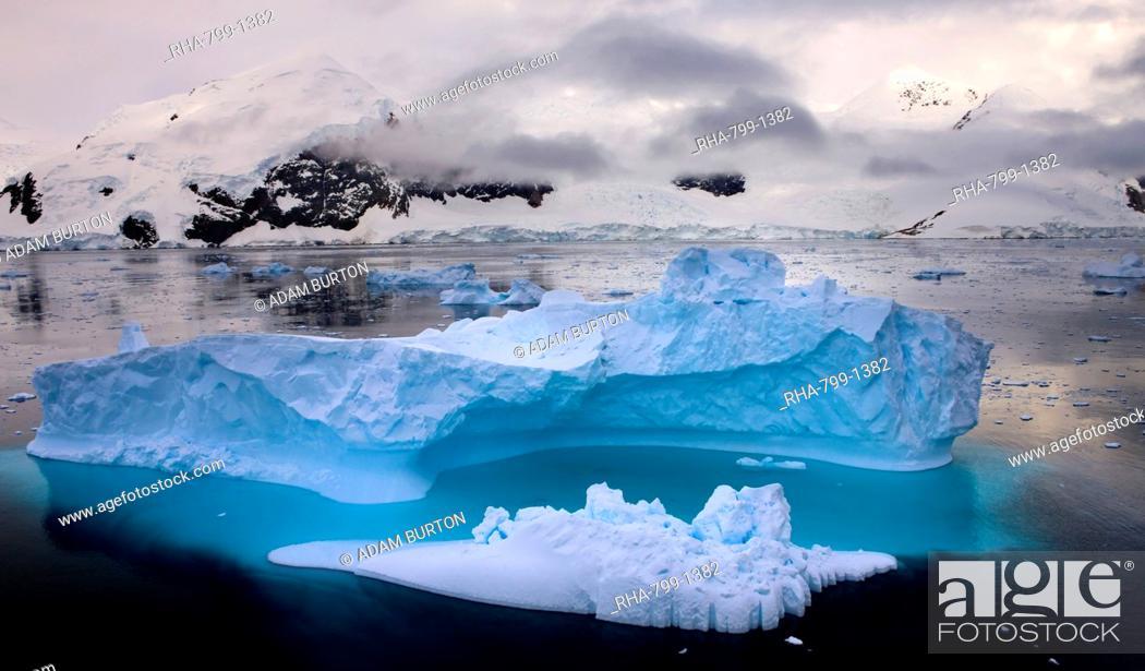 Imagen: Iceberg drifting in Antarctic waters, Antarctic Peninsula, Antarctica, Polar Regions.