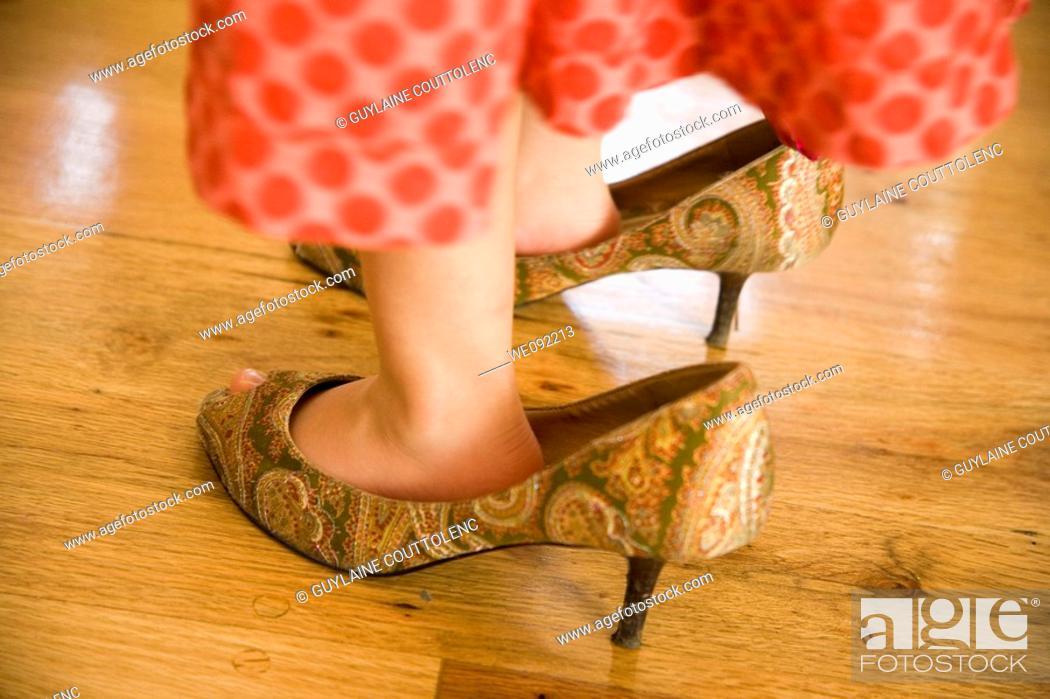 Stock Photo: Pies con zapatos grandes.