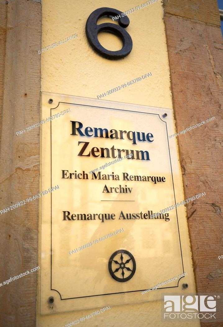 Imagen: 22 September 2020, Lower Saxony, Osnabrück: A sign hangs on the facade of the Erich Maria Remarque Peace Centre and the archive.