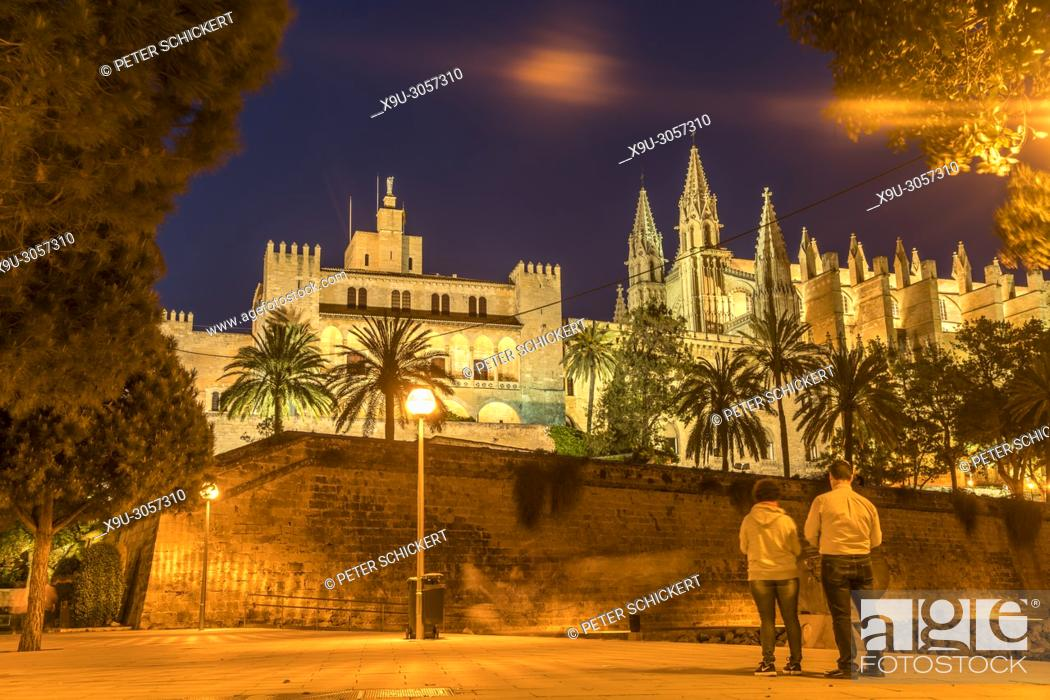 Stock Photo: The Royal Palace of La Almudaina and the cathedral La Seu at dusk, Palma de Mallorca, Majorca, Balearic Islands, Spain, .