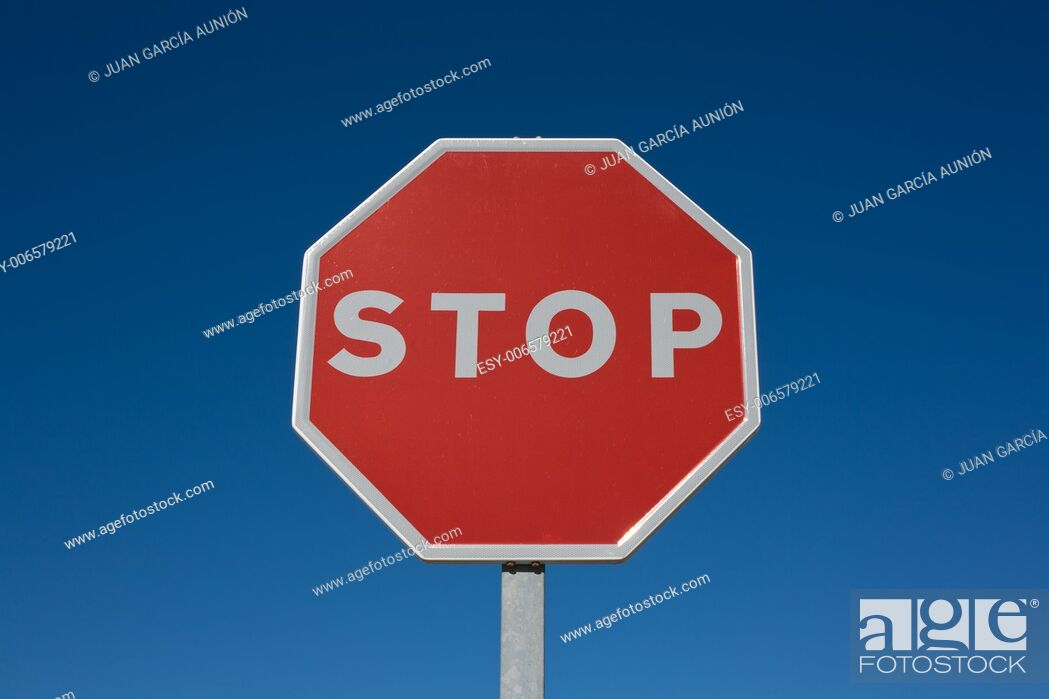 Imagen: Stop sign isolated over blue sky.
