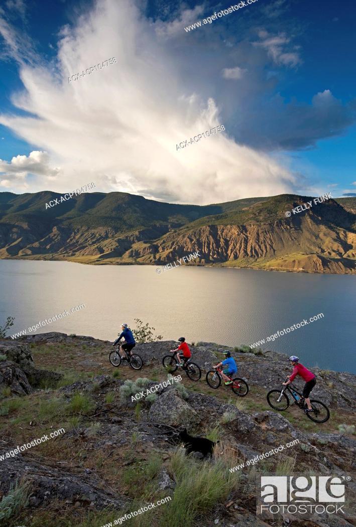 Imagen: A group of mountain bikers rides a ridge trail over Kamloops lake, west of Kamloops, Thompson Okanagan region, British Columbia, Canada.