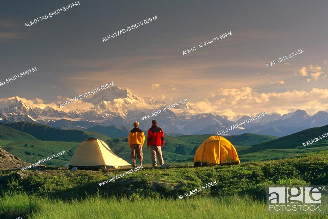 Photo de stock: Hikers @ Camp View Mt McKinley Denali SP SC AK Summer.