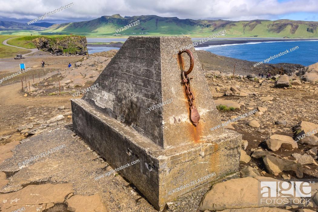 Imagen: Concrete block on Dyrholaey promontory in Iceland.