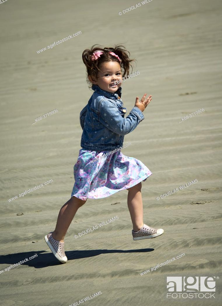 Imagen: A three year old girl runs on the beach at Tofino, British Columbia, Canada.