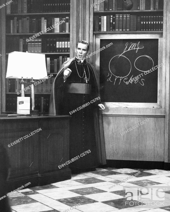 Photo de stock: Bishop Fulton Sheen presents an illustrated theology lesson on his TV show, LIFE IS WORTH LIVING. Dec. 13, 1954. (CSU-2015-9-1146).