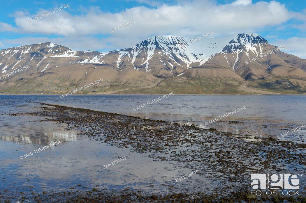 Photo de stock: Isfjorden and snow-capped mountains, Longyearbyen, Spitsbergen Island, Svalbard Archipelago, Norway.