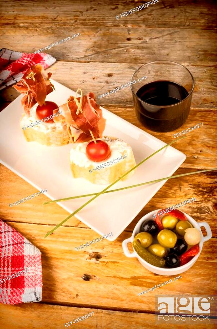Imagen: Ham pintxo served on bread with goat cheese.