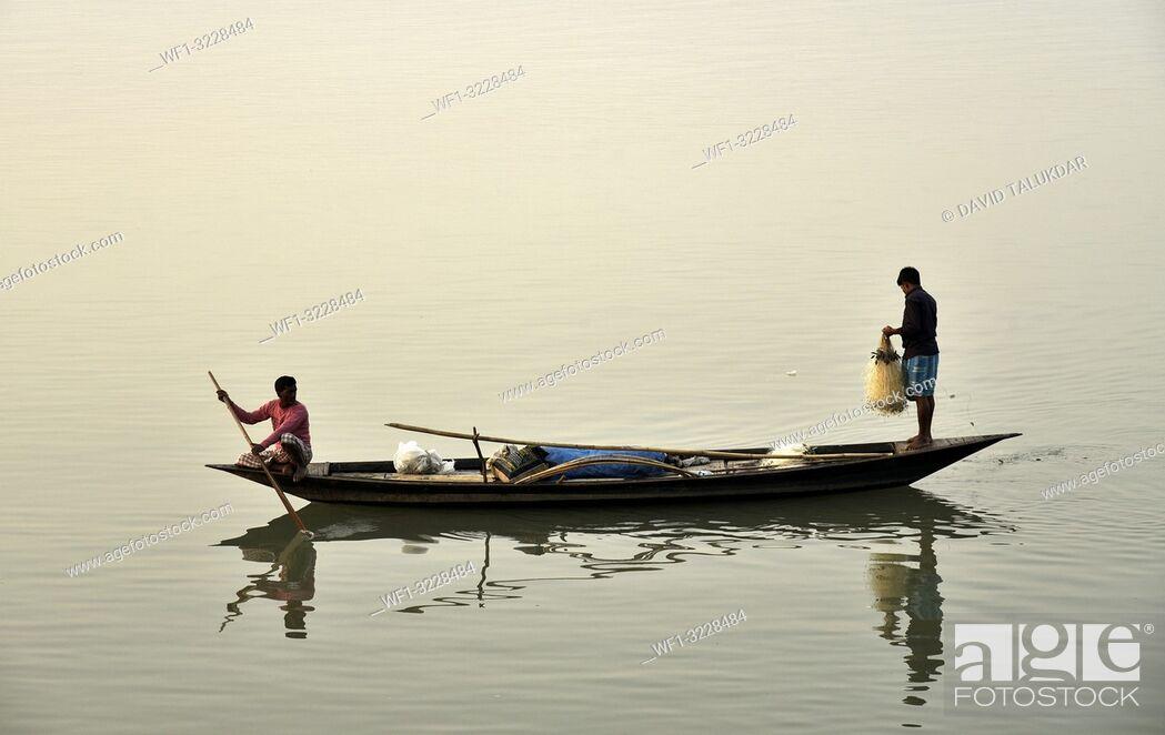Imagen: Guwahati, Assam, India. January 30, 2019. Fishermen lays their fishing net at the Brahmaputra River during sunset.