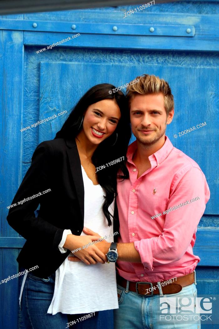 Stock Photo: Freundin Hanna und Joern Schloenvoigt (Saenger / Schauspieler / Musiker) erwarten ihr erstes Baby, schützend legt der werdende Vater die Hand auf den Bauch.