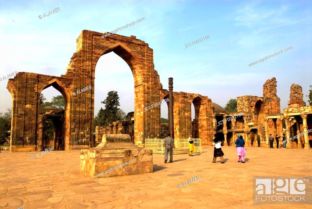 Stock Photo: India, near New Delhi, Qutab Minar, the iron column.