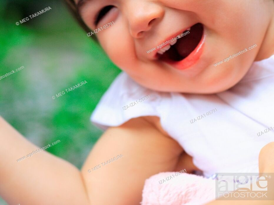 Imagen: Close-up of a baby girl laughing.