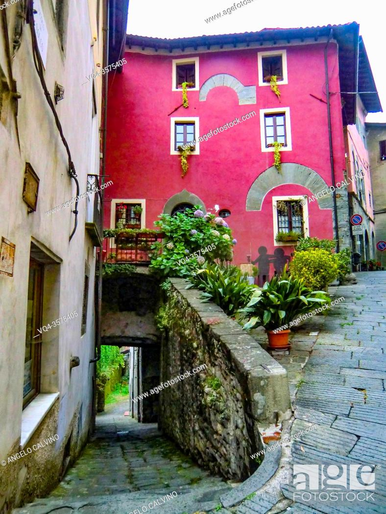 Imagen: View of narrow streets in old town of Barga a medieval hilltop town in Tuscany, Garfagnana, Italy, Europe.