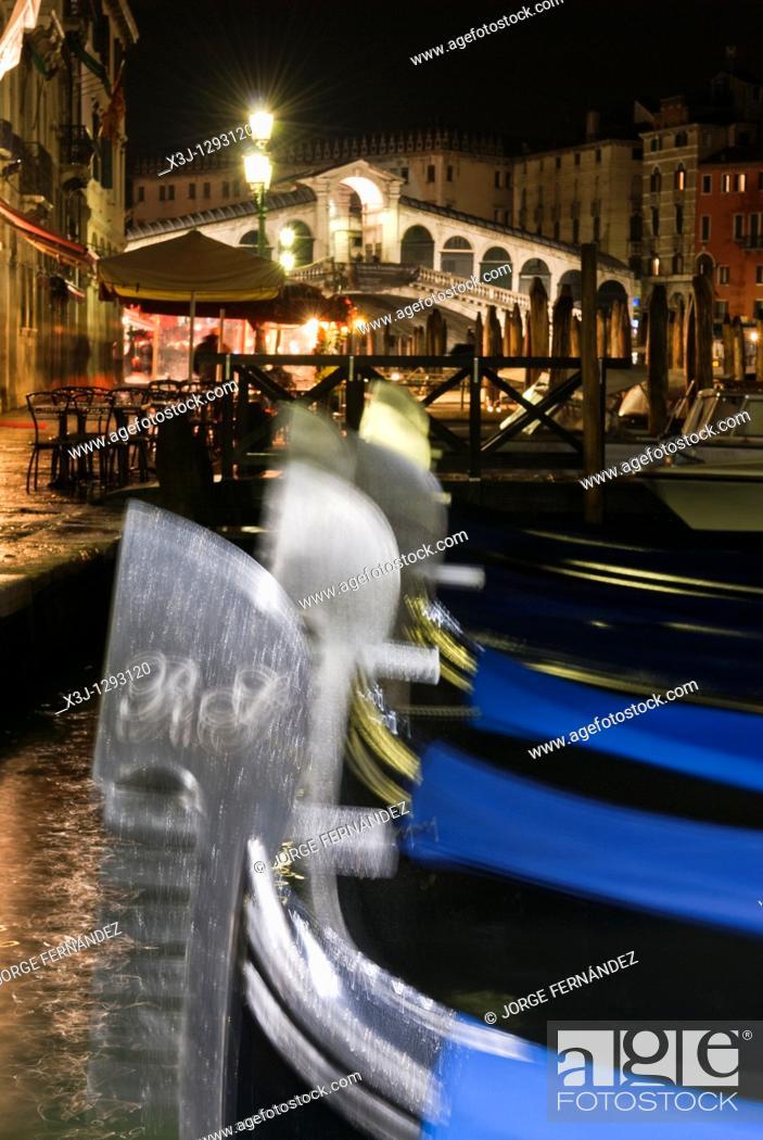 Stock Photo: Rialto bridge at night, gondolas in foreground, Venice, Italy, Europe.