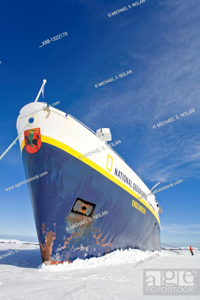 Imagen: The Lindblad expedition ship National Geographic Endeavour 'grounded' into first year pack ice in Port Foster within Deception Island near the Antarctic.