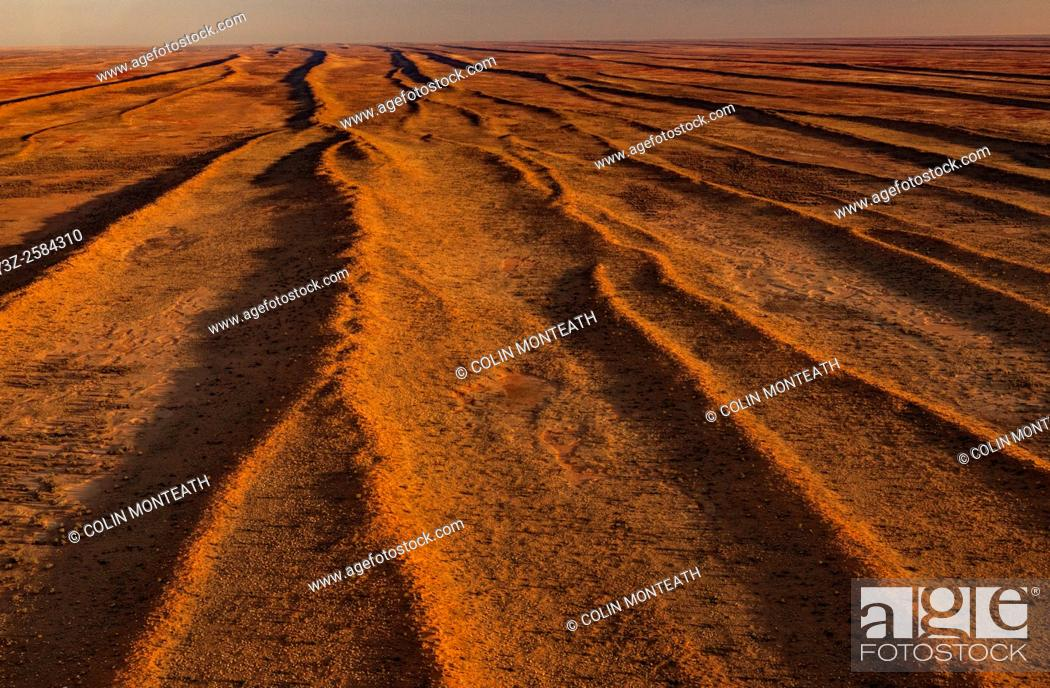Imagen: Simpson desert sand dunes run parallel with each other, aerial view, Northern Territory & Queensland, Central Australia.