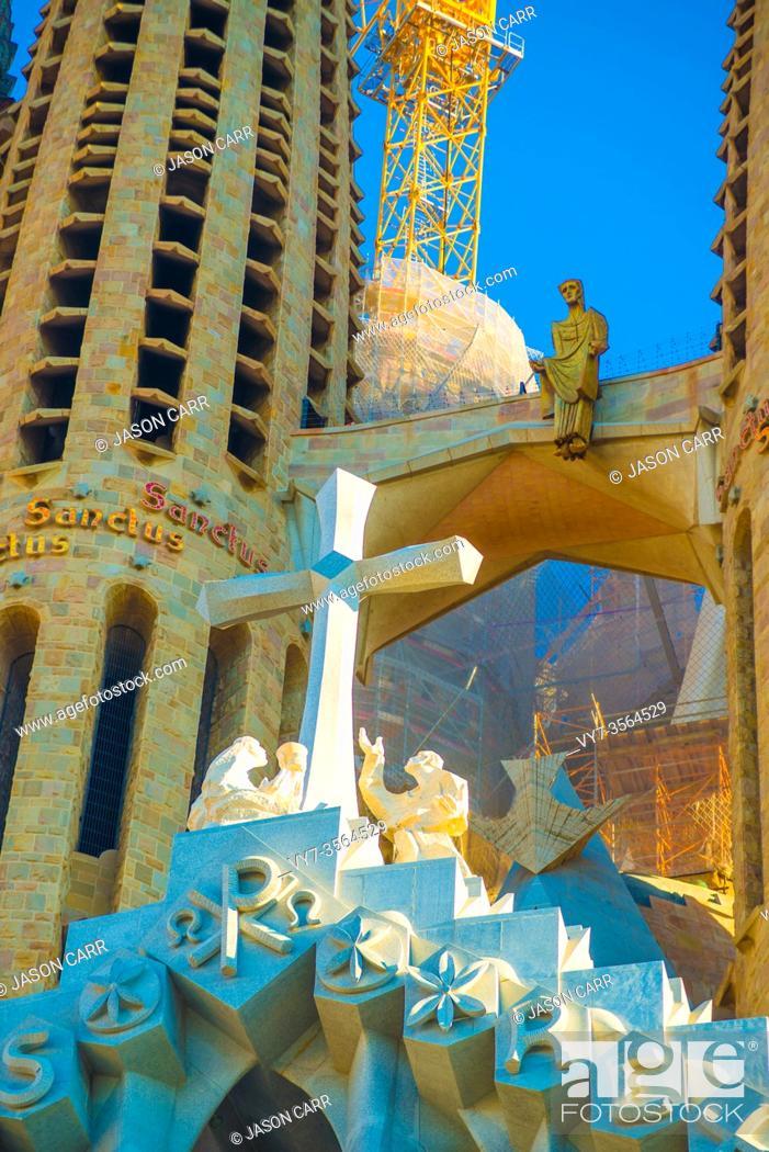 Imagen: BARCELONA, SPAIN - January 9, 2019: La Sagrada Familia's construction in progress. It is on the part of UNESCO World Heritage site by an artist Antoni Gaudi.