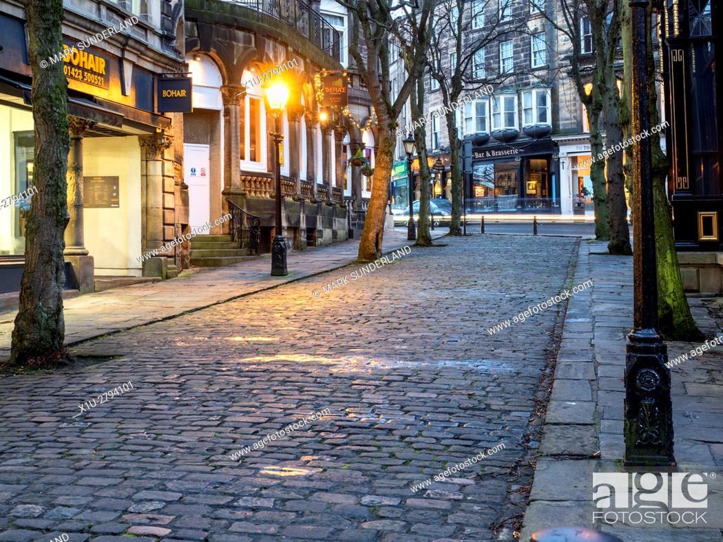 Imagen: Crown Place Cobbled Street at Dusk Harrogate North Yorkshire England.