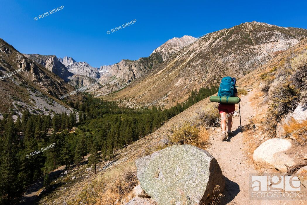 Imagen: Backpacker on the Big Pine Lakes Trail, Inyo National Forest, Sierra Nevada Mountains, California USA.