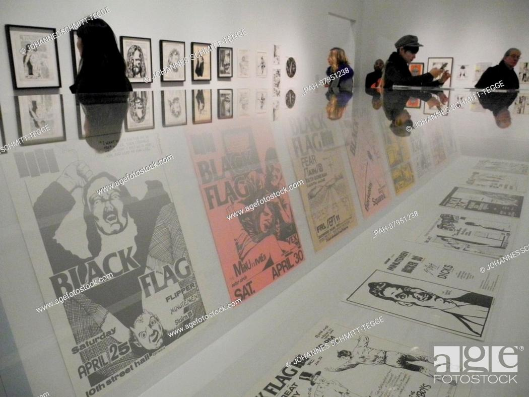 Imagen: Visitors look at artworks of the exhibition 'A Pen Of All Work' by Raymond Pettibon at the New Museum in New York, USA, 07 February 2017.