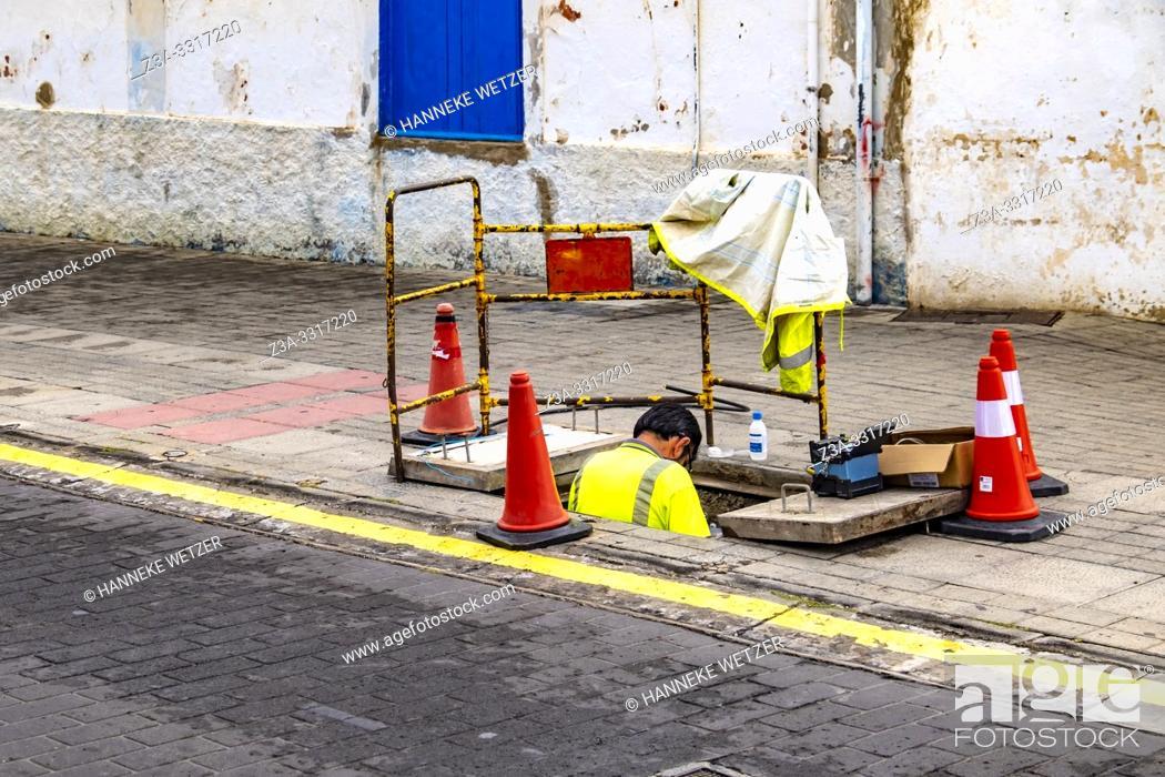 Imagen: Streetworker in Agaeta, Gran Canaria.