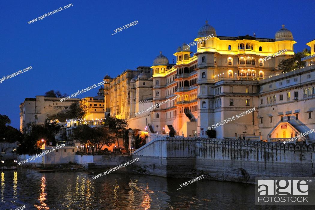 Stock Photo: India, Rajasthan, Udaipur, Lake Pichola and City Palace by night.