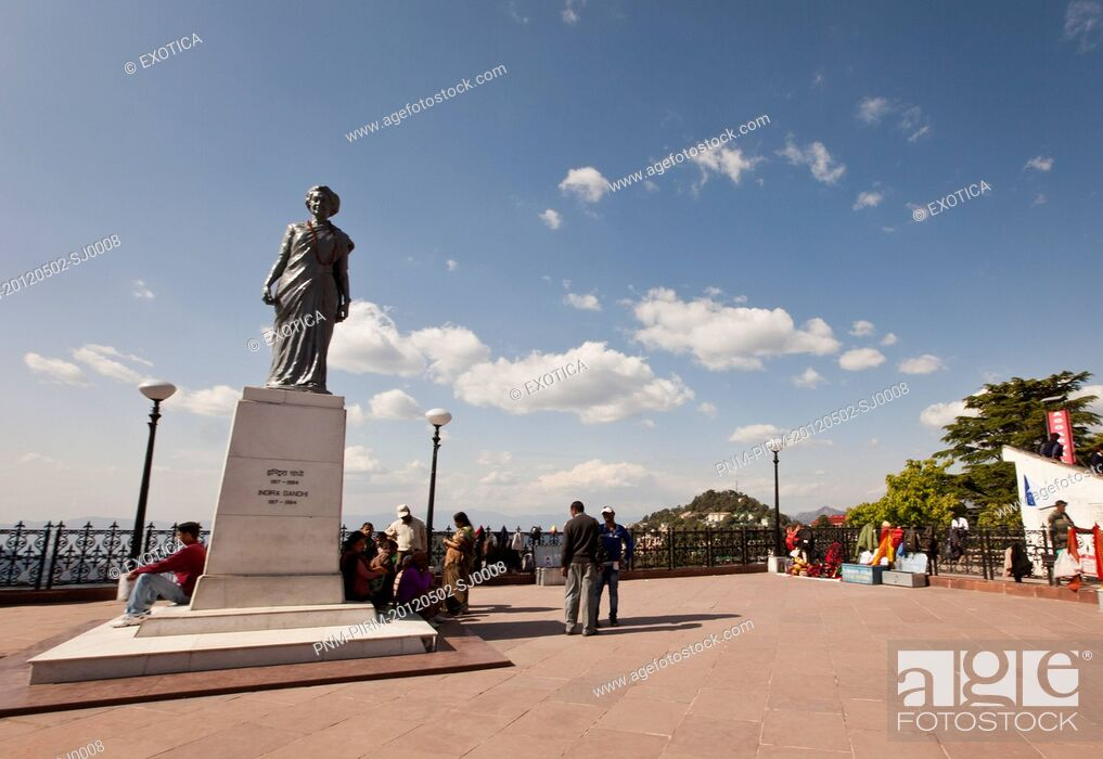 Imagen: Tourists near the statue of Indira Gandhi (former prime minister of India), Shimla, Himachal Pradesh, India.