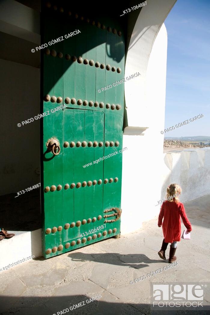 Stock Photo: Niña jugando en las calles de Assilah  Marruecos.
