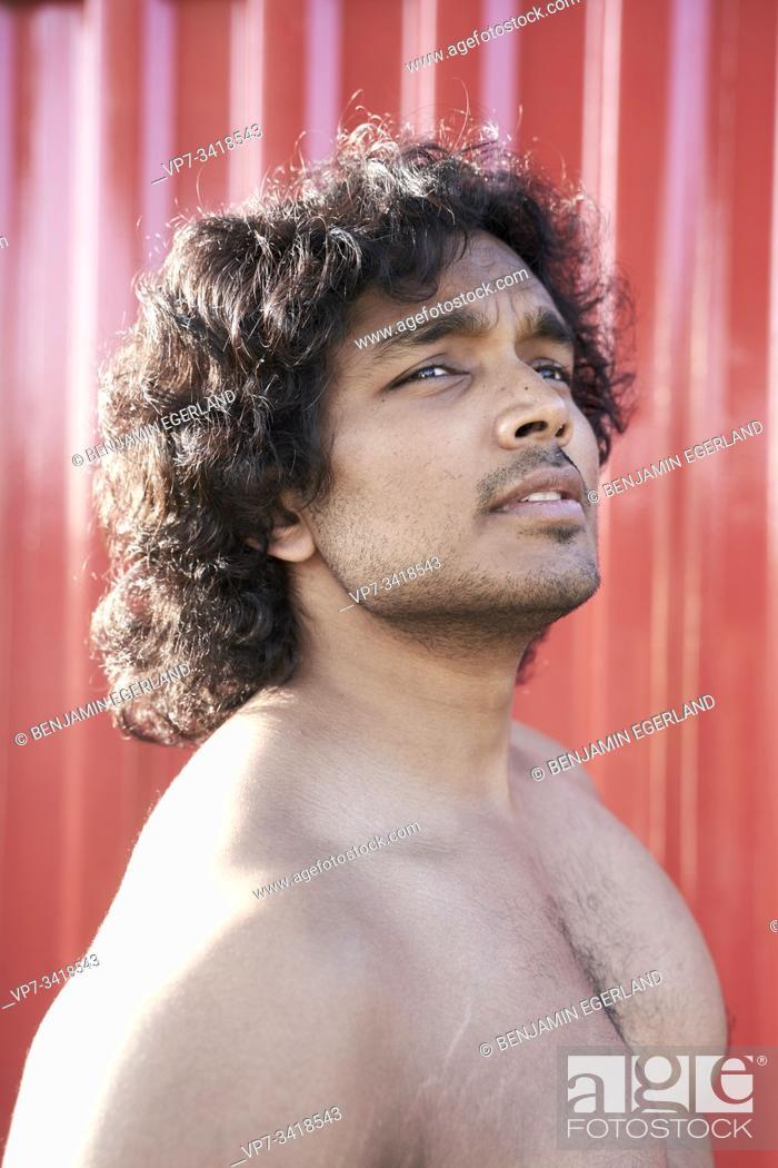 Imagen: Portrait of shirtless Indian man.