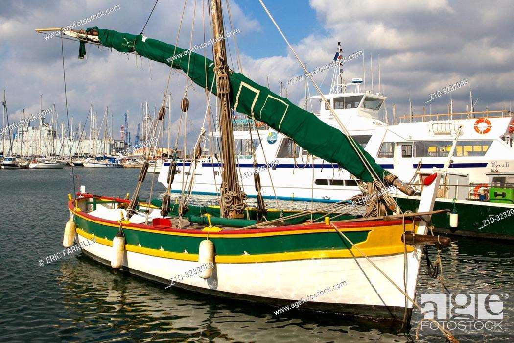 Imagen: Traditional fishing boat alongside Toulon waterfront France.