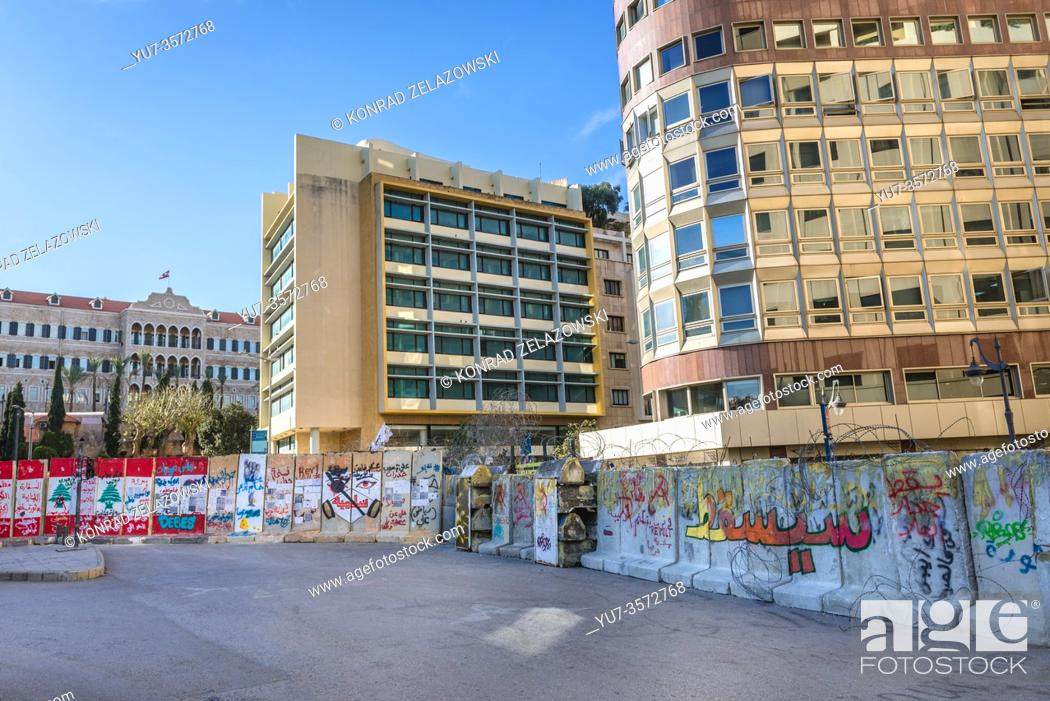 Imagen: Street barricade around Nijmeh Square nest to Arab Bank and Government Palace left after October Revolution - 2019-2020 protests in Beirut, Lebanon.