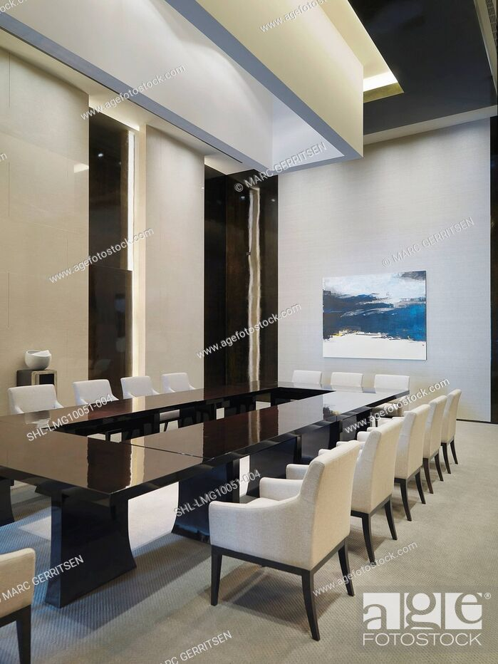Imagen: Large rectangular conference table with white chairs.