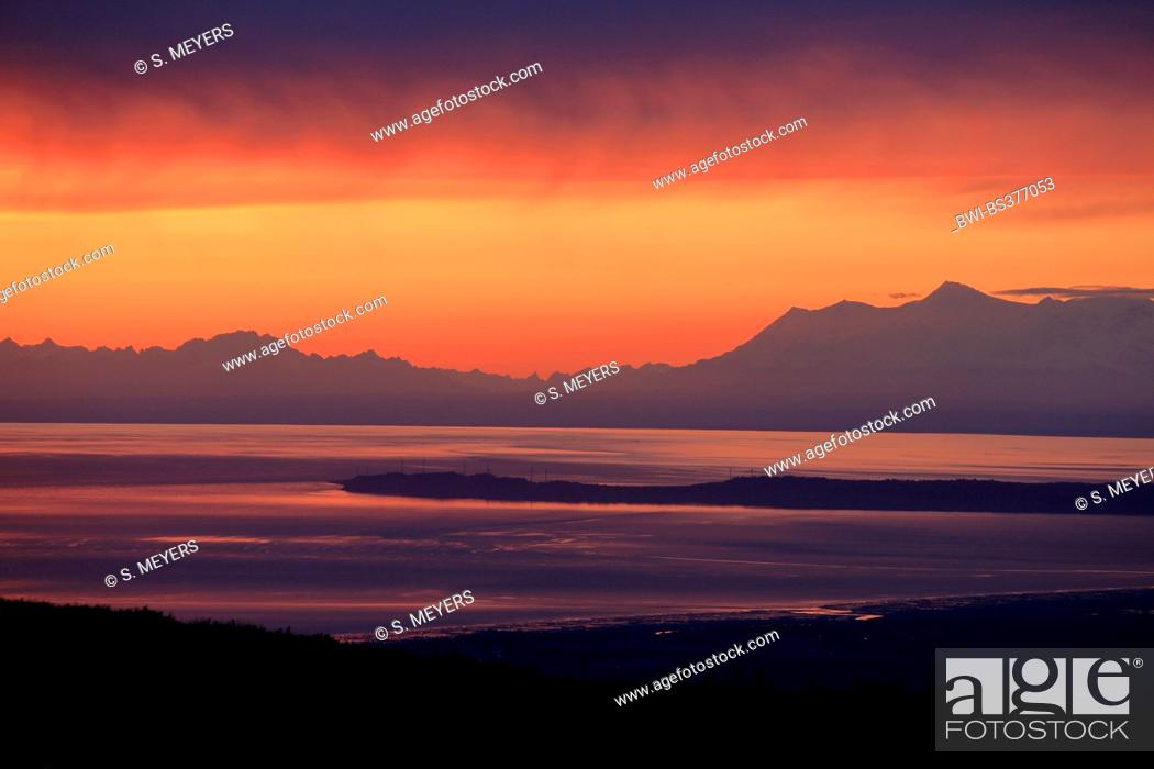 Photo de stock: view from the Chugach State Park onto Cook Inlet and the Alaska Range, USA, Alaska, Chugach State Park.