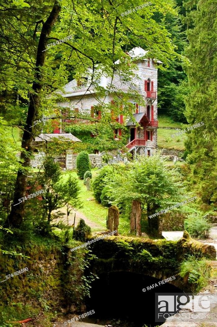 Stock Photo: Vista Villa de la Emperatriz en Eaux Bonnes, Francia.