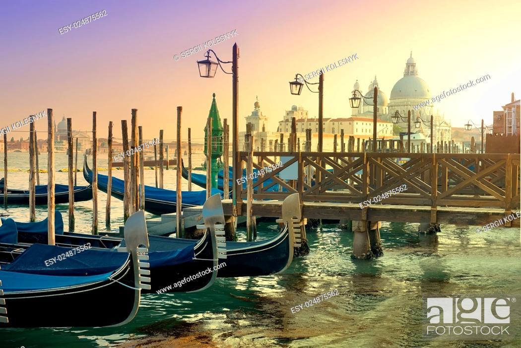 Imagen: Gondolas and basilica Santa Maria della Salute in Venice, Italy.