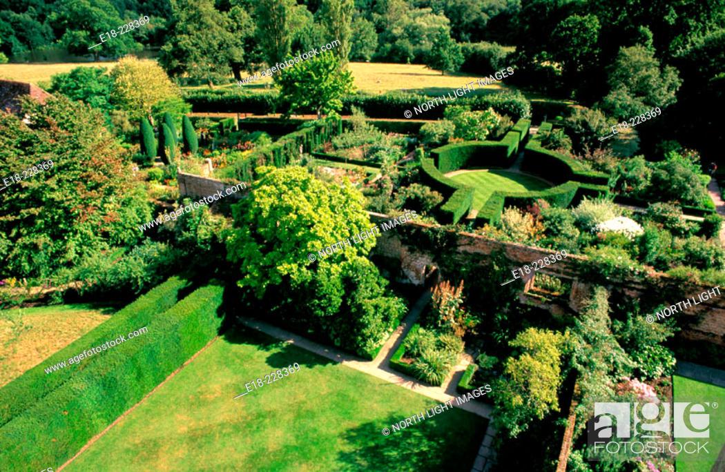 Imagen: View from above of The White Garden at Sissinghurst Castle. Tunbridge Wells. Kent. UK.