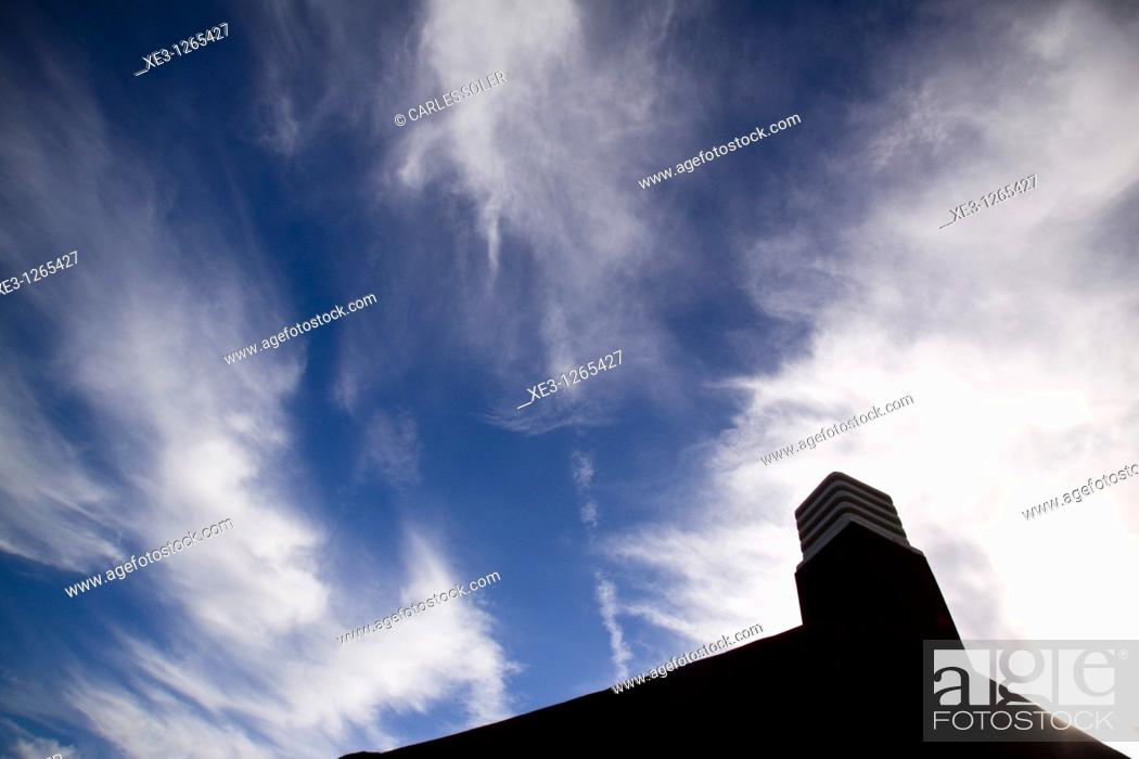 Stock Photo: El cielo desde el tejado.