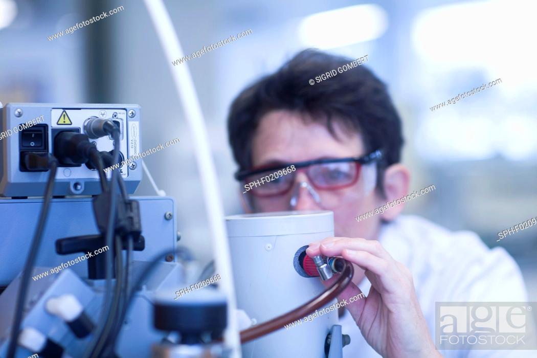Photo de stock: Chemist working with vacuum pump.