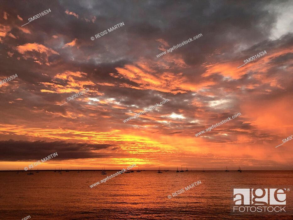 Photo de stock: Moored saving boats and yachts in Darwin Harbour at sunset, Darwin, Northern Territory, Australia.