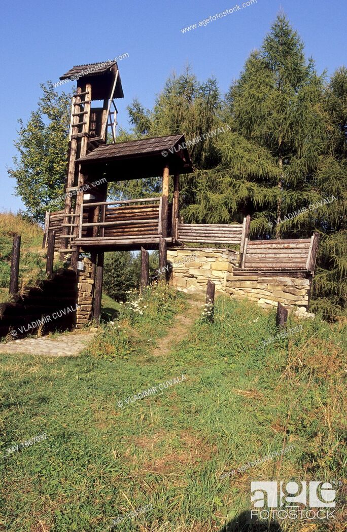 Imagen: The wooden watch tower at the prehistoric Celtic settlement Havranok near Liptovska Mara, Slovakia.