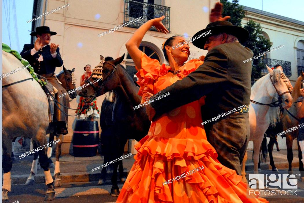 Stock Photo: France, Herault, Beziers, annual feria in the streets of the city, couple of Andalusian dancing a Sevillane improvised in the middle of the crowd.