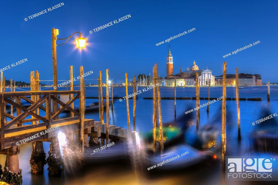 Imagen: An evenng view of gondolas and theChurch of San Giorgio Maggiore in Veneto, Venice, Italy, Europe, .
