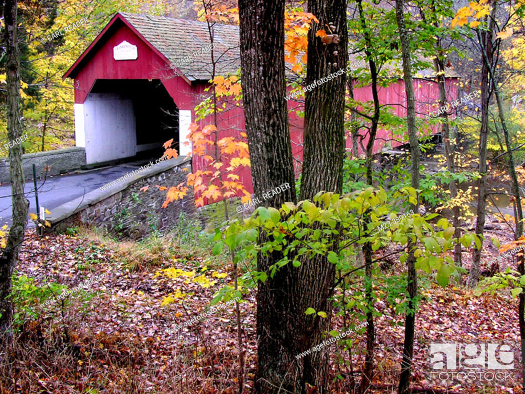 Imagen: Tucked away in the Pennyslvania countryside, a covered bridge is surrounded by autumn foliage. Tinicum Township, Upper Bucks County.