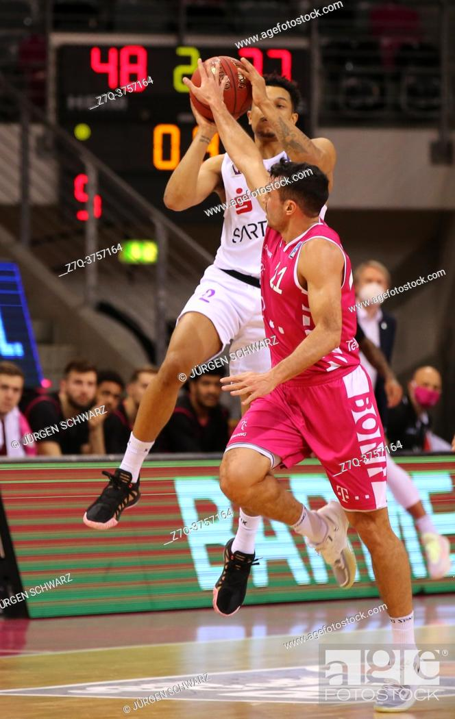 Stock Photo: Bonn, Germany, 27. 12. 2020, Telekom Dome, Basketball Bundesliga, Telekom Baskets Bonn vs BG Goettingen: Nelson Weidemann (Goettingen) und Anthony DiLeo (Bonn).